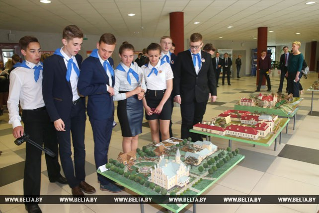 Минские гимназисты удивили Президента макетами утраченных памятников архитектуры