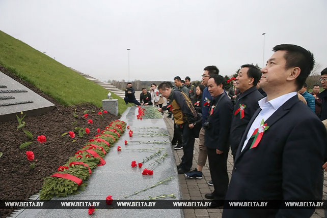 """Представители китайских СМИ возложили цветы к мемориальному комплексу """"Курган славы"""""""