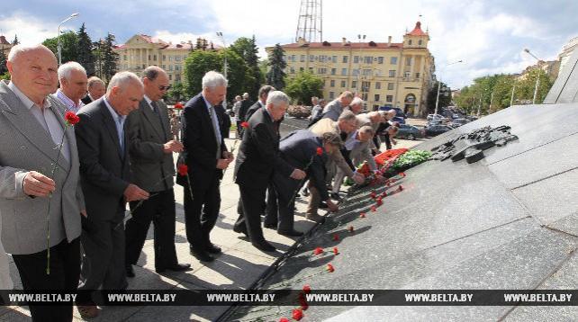Ветераны КГБ возложили цветы к монументу Победы