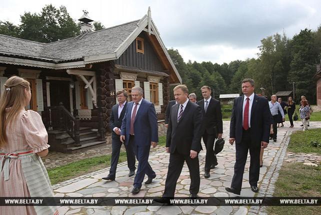 Кобяков посетил этнокультурный комплекс в Мядельском районе