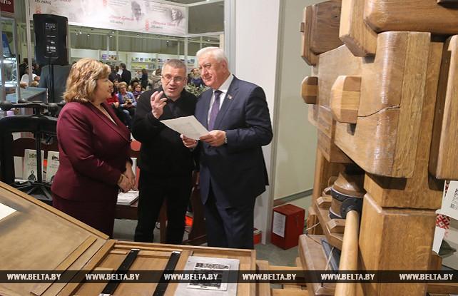 Мясникович посетил Минскую книжную выставку-ярмарку