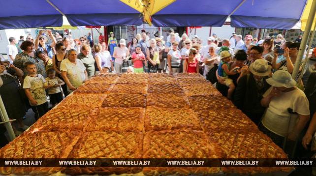 Гигантский пирог испекли в Минске на Яблочный Спас