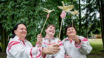 """В Березовском районе изготавливают старинный оберег – щепную """"птицу счастья"""""""