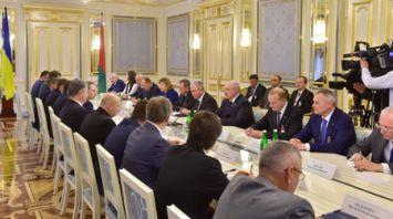 Александр Лукашенко провел переговоры в расширенном составе с Петром Порошенко