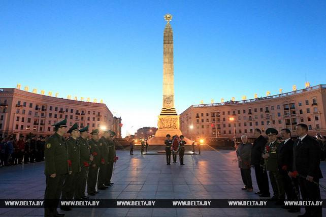 Пограничники возложили венки к монументу Победы в Минске
