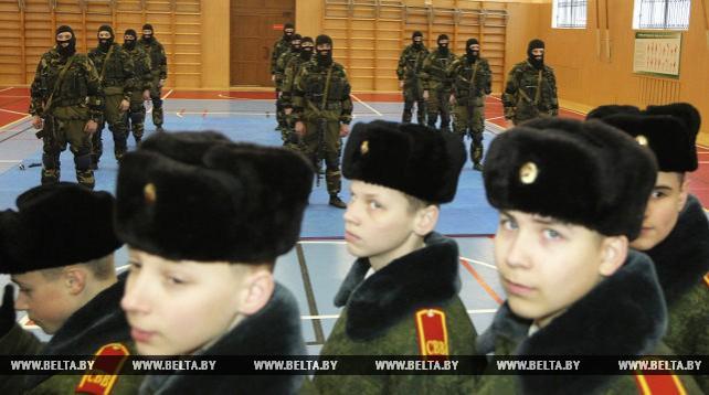 Бойцы сил специальных операций провели занятие по военной подготовке для суворовцев