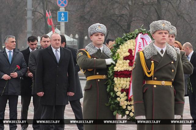 Президент Грузии возложил венок к монументу Победы в Минске