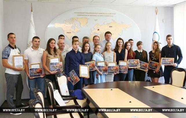 В штаб-квартире НОК Беларуси наградили перспективных спортсменов Минска