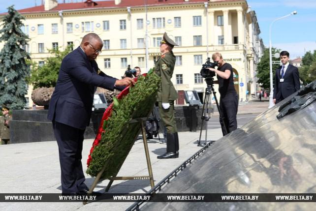 Министр иностранных дел Анголы возложил венок к монументу Победы в Минске