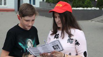 Активисты МООП раздают буклеты о вреде потребления наркотиков
