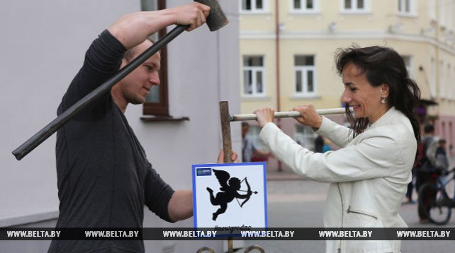 В Гродно специальными табличками обозначили места для поцелуев и романтических свиданий