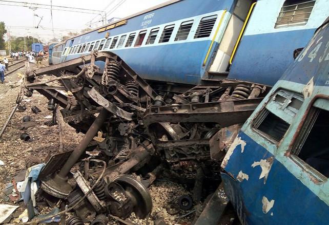 В Индии при крушении поезда погибли более 30 человек