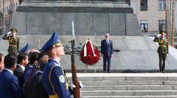 Премьер-министр Афганистана Абдулла Абдулла возложил венок к монументу Победы