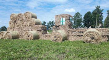 Соломенные трактор и комбайн в деревне Селище Слуцкого района
