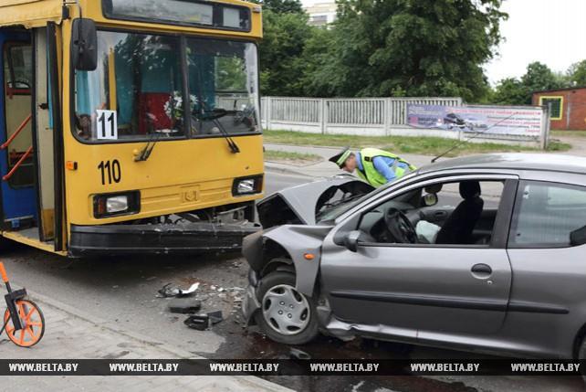 Лобовое столкновение легковушки и троллейбуса произошло в центре Гродно