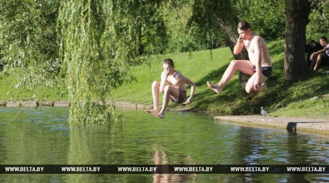Юные минчане купаются в канале Слепянской водной системы