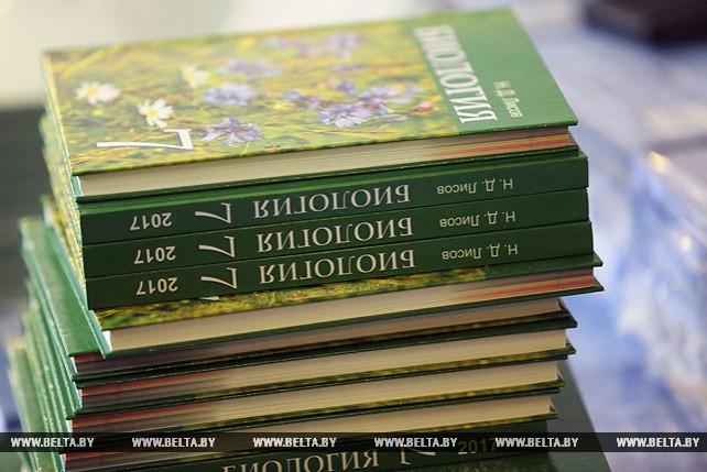 Многотысячные тиражи новых учебных пособий развозят по школам Беларуси