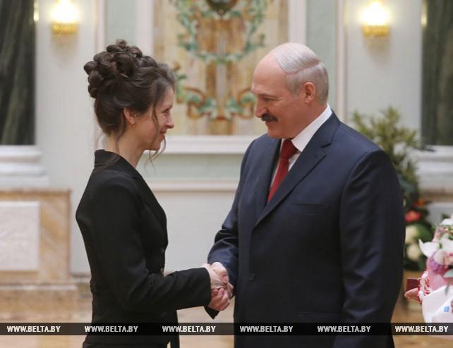 Лукашенко вручил государственные награды многодетным матерям и заслуженным деятелям различных сфер