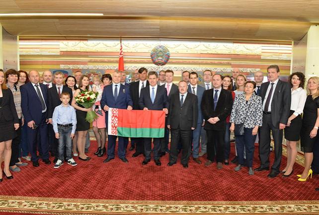 Побывавший в космосе белорусский флаг космонавт Новицкий передал в посольство Беларуси в Москве