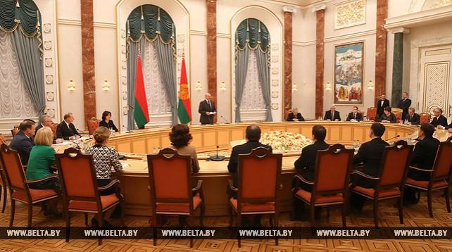Лукашенко вручил дипломы докторов наук и аттестаты профессора научным и педагогическим работникам