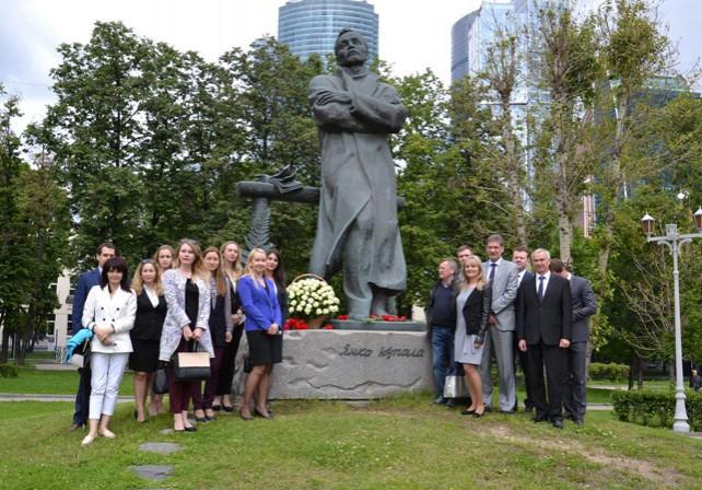 К памятнику Янке Купале в Москве возложили цветы