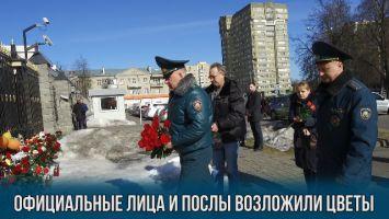 Официальные лица и послы возложили цветы у посольства Российской Федерации