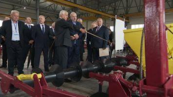 Лукашенко в Ивьевском районе ознакомился с работой частного производителя сельхозтехники