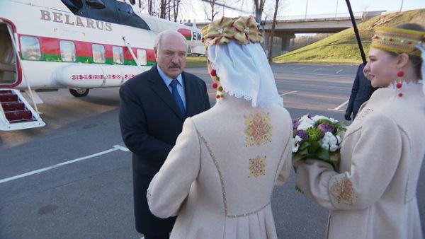"""""""А говорят, что мы не умеем делать ткани"""" - Лукашенко по прилете в Витебск оценил белорусскую одежду"""