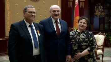Неожиданное продолжение: Лукашенко после вручения госнаград пообщался с давними знакомыми