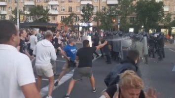 Видео. Брест. Протестующие провоцируют ОМОН