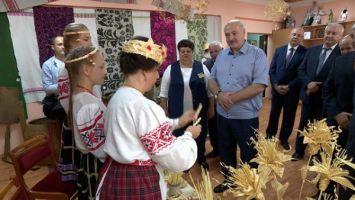 Лукашенко в Ивье посмотрел выступление ансамбля народной музыки и детский спектакль