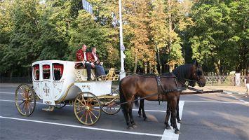 По Минску проехала карета из эпохи барокко