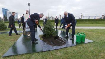 Президент Кубы посадил дерево на Аллее почетных гостей у Дворца Независимости
