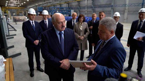 """Лукашенко на """"МАПИДе"""" подарили сертификат на двухкомнатную квартиру, а он отдал его для семьи военнослужащего"""