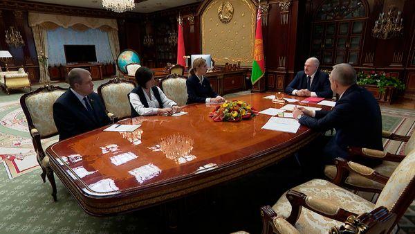 """""""Вопрос не во мне"""" - Лукашенко подтвердил, что не держится за власть посиневшими руками"""