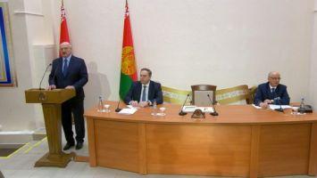 Лукашенко призвал медиков не быть сапожниками без сапог