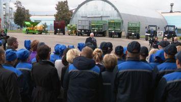Лукашенко поручил разобраться с обеспеченностью льнозаводов техникой и семенами