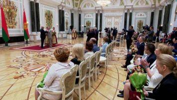 Лукашенко поблагодарил медиков: все вы, забыв о регалиях, шли к общей цели не жалея сил