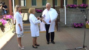 Лукашенко вручил 2-й детской больнице Минска сертификат на аппарат УЗИ
