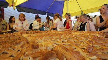 Самый большой яблочный пирог испекли в Минске к Спасу