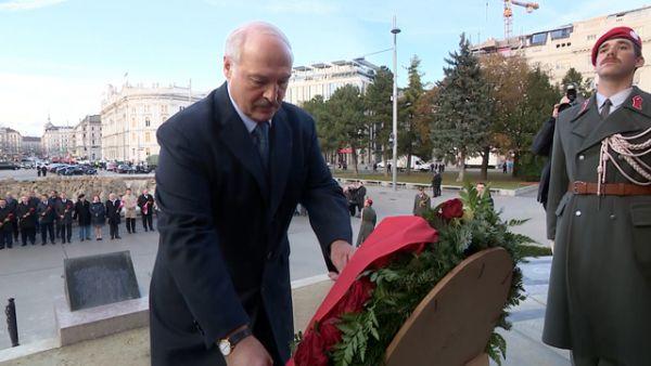Лукашенко начал визит в Австрию с возложения венка к памятнику советским воинам-освободителям