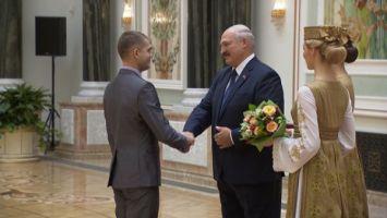 """""""Ваши результаты вызывают гордость за народ"""" - Лукашенко вручил награды представителям различных сфер"""
