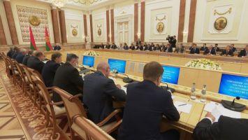 """""""Они нас душат, а мы их будем защищать?"""" - Лукашенко ответил на упреки по теме борьбы с нелегальной миграцией"""