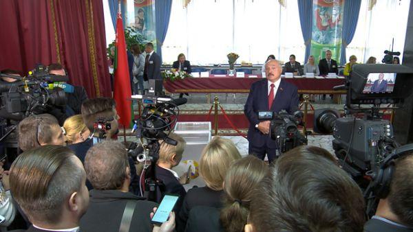 Лукашенко: у меня на столе лежат списки депутатов, которых изберут? Это смех