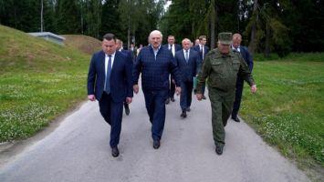 Лукашенко показали белорусские пистолеты и автоматы