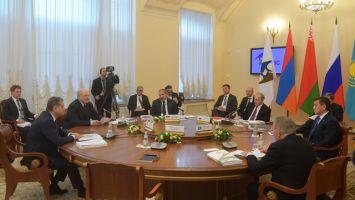 Лидеры стран ЕАЭС перед началом заседания провели переговоры за закрытыми дверями