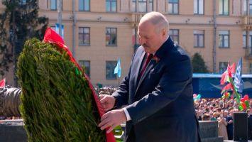 Лукашенко в Минске возложил венок к монументу Победы и тепло пообщался с ветеранами