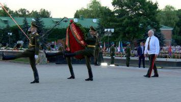 Лукашенко возложил венок к Вечному огню на площади Церемониалов Брестской крепости