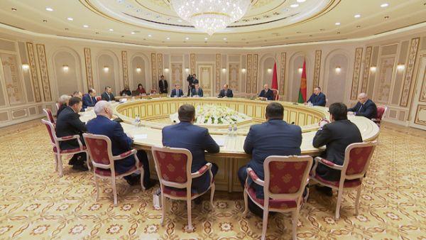 Лукашенко предлагает Свердловской области расширить производственную кооперацию в машиностроении