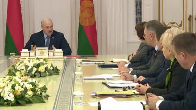 О защите персональных данных, электромобилях, пандемии, росте цен и фейках. Лукашенко собрал совещание с руководством Совмина
